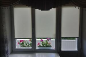 Роллеты на балконной двери и примыкающему к ней окну – один из вариантов удачного монтажа