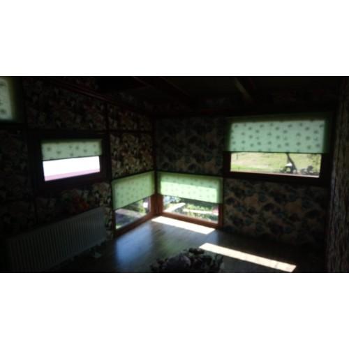 Рулонные шторы на небольших разноуровневых окнах