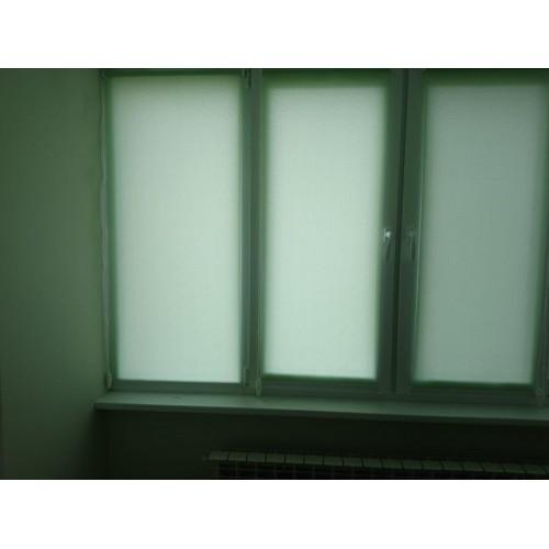 Жилое помещение, рулонная штора открытого типа на пластиковом трёхстворчатом окне